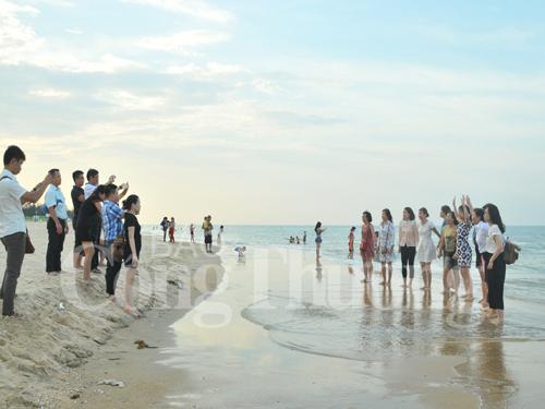 Biển Nhật Lệ dần hút khách trở lại