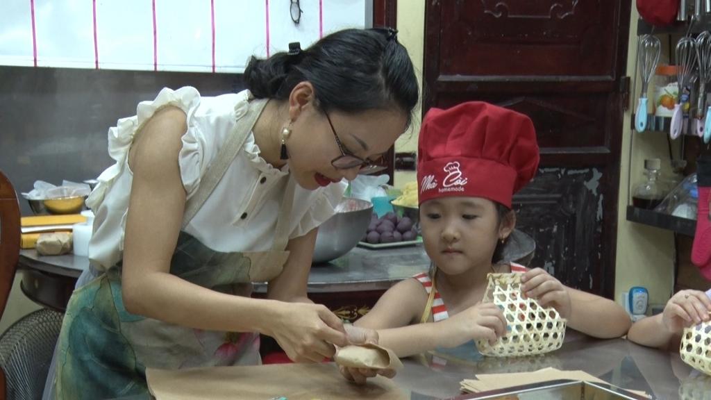Nở rộ các lớp dạy làm bánh trung thu cho mẹ và bé