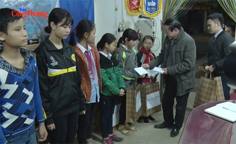 Đoàn công tác Báo Công Thương trao quà từ thiện tại Cao Bằng, Bắc Kạn