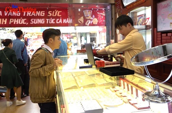 Người dân xếp hàng mua vàng cầu may