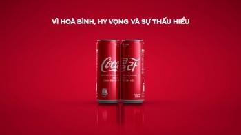 Coca-Cola tung phiên bản lon đặc biệt với logo song ngữ cùng thông điệp kết nối hòa bình