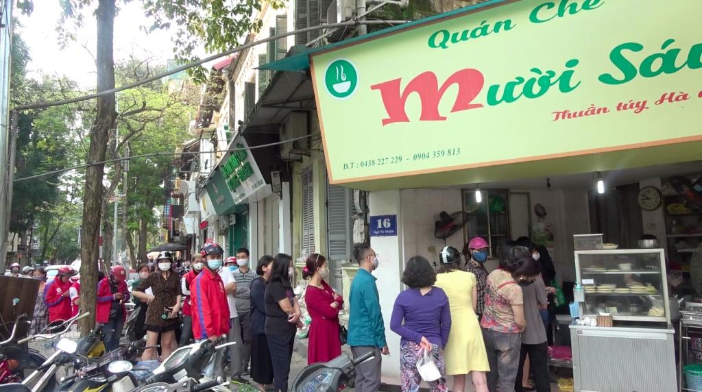 Người dân thủ đô xếp hàng mua bánh trôi, bánh chay ăn Tết Hàn thực
