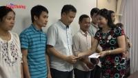 Công đoàn Bộ Công Thương trao quà cho người lao động Nhà máy Bia Hà Nội Mê Linh