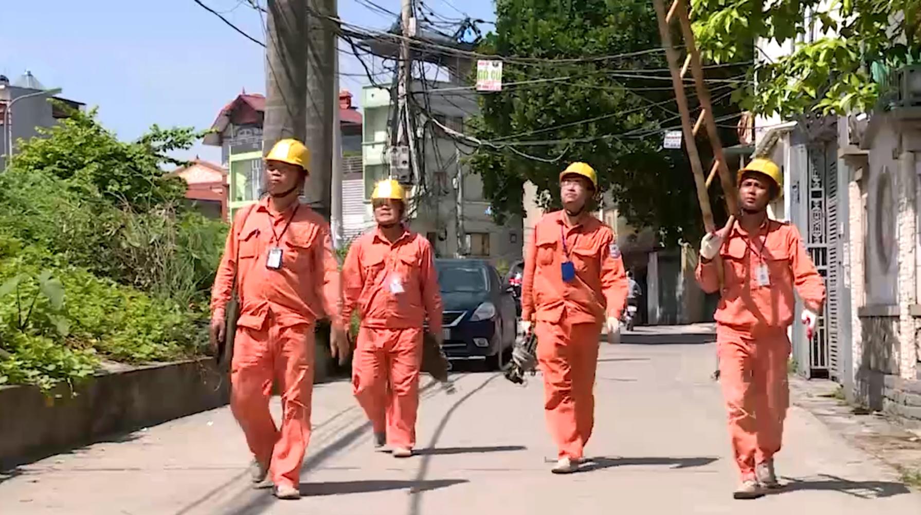 Theo chân thợ điện trong ngày nắng nóng cao điểm