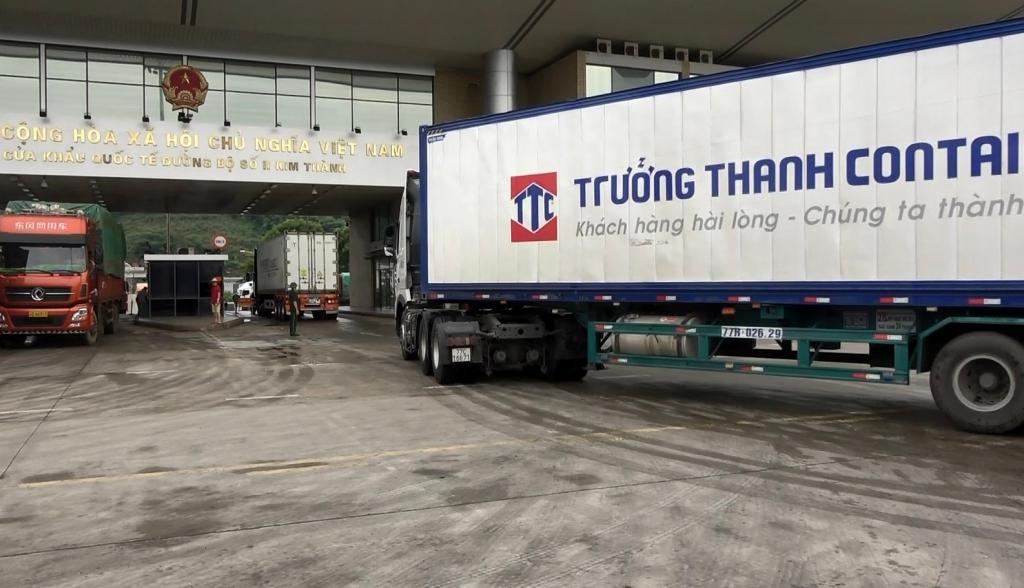 Sôi động xuất khẩu thanh long qua Lào Cai