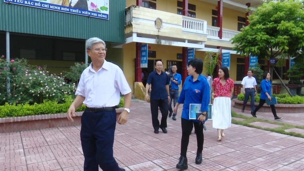 Báo Công Thương trao quà cho thầy và trò tại đất học Nam Định