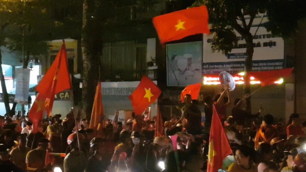 CĐV đổ đường ăn mừng chiến thắng của tuyển Việt Nam